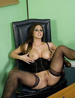 Толстенькая девушка раздвинула ноги на работе в кресле