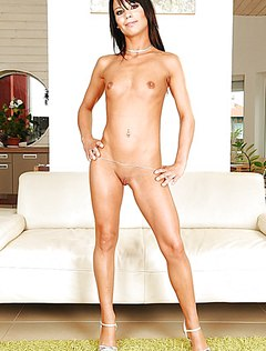 Привлекательная голая плоская девушка показала себя