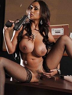 Темнокожая полицейская голышом на работе позирует на столе