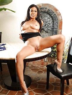 Сексуальная зрелая тетка задрала юбку на столе