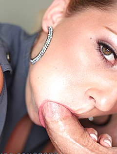 Молодая красотка с членом во рту получает массу удовольствия