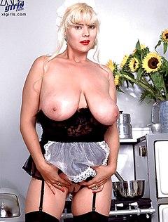 Толстая баба с обвисшими сиськами устроила на кухне показ