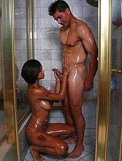 Сексапильная мулатка ласкает член в ванной зрелому любовнику