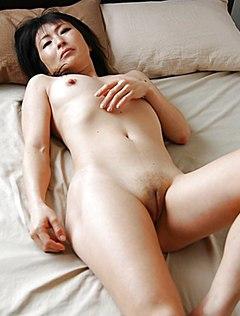 Зрелая дамочка снимает киску крупным планом на кровати