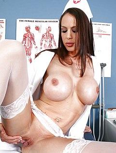 Сексапильная сисястая медсестра без трусиков в кабинете