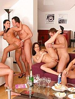 Похотливые свингеры ебутся в гостиной голышом
