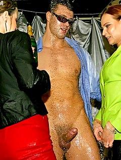 Девки сосут и ебутся в клубе с крепкими парнями