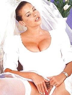 Возбужденная невеста дрочит киску ручками