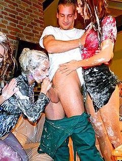 Бешеная грязная ебля толпы шлюх с парнем