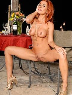 Сексуальная рыжая раздвинула ноги на стуле