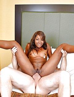Девка черная ебется с белым партнером на кровати