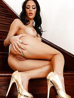 Роскошная брюнетка раздвигает вульву на лестнице