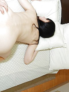 Мужчина ебет небритую пизду жены на кровати
