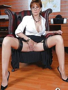 В очках мамка трогает пизду сидя в кресле