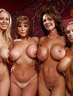 Похотливые голые женщины в возрасте устроили фото сессию