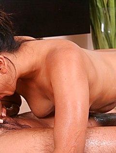 Девушка в масле сосет хуй клиенту во время массажа