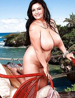 Красивая модель пухлая с огромными дойками перед камерой