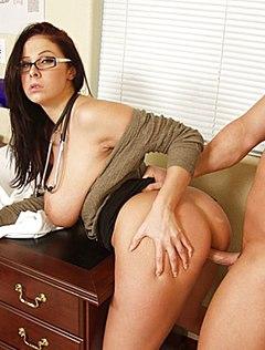 Грудастая доктор трахает пациента пиздой на приеме