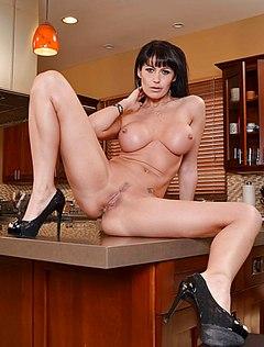 Взрослая красотка раздвинула ноги на кухне голышом