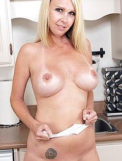 Взрослая жена без трусов на кухне позирует перед мужем