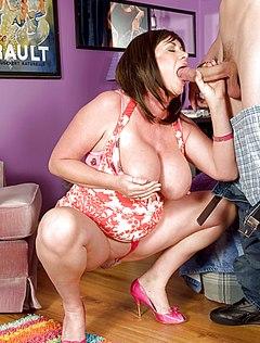 Татуированный молодой дал мамке в рот большой член