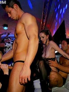 Зажигательная большая ебля в клубе толпой