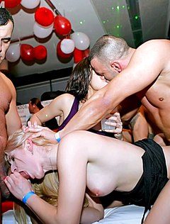Дикая массовая оргия в клубе телок и парней