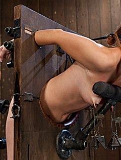 Грубо связанную ебут секс машиной в пизду
