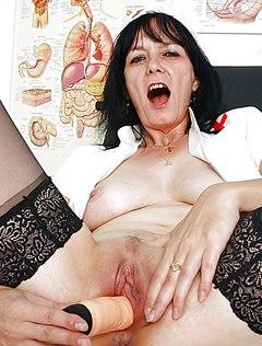 Возрастная медсестра показала влагалище в кресле