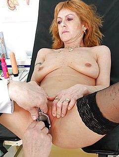 Рыжая женщина у гинеколога получает удовольствие