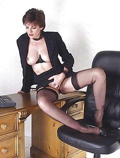 Взрослая жена снимает трусики на столе
