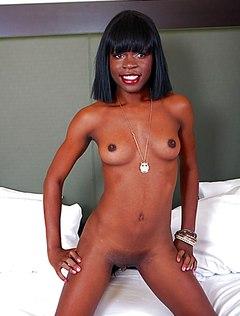 Худая голая негритянка показала большой клитор