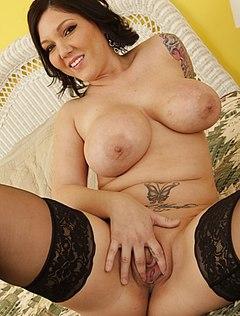 Сочная женщина показывает вульву на кровати
