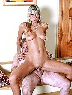 Похотливая блонда трахает отца подруги дырками