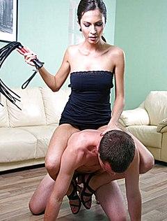 Тонкая телка доминирует над парнем грубо