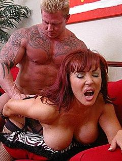 Татуированный самец ебет грудастую женщину в пизду