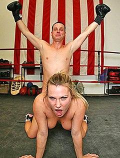 Боксер ебет жопастую в очко во время тренировки