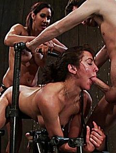 Сумасшедшая ебля в рот и пизду прикованной дамы