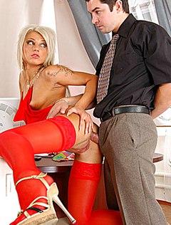 Начальник выебал блондинку в жопу в кабинете
