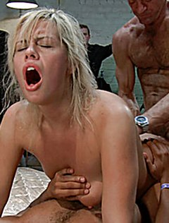 Двумя пенисами сразу в жопу и пизду трахают блонду