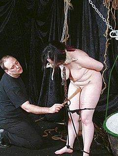Супруг связал толстуху и шалит с ее писькой
