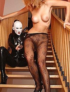 Красивая блондинка с пушистой киской позирует на лестнице