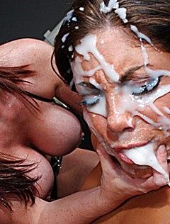 У брюнетки много спермы на лице во время оргии