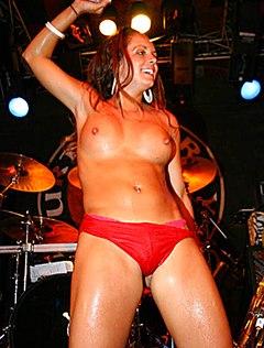 Красивые голые сиськи на сцене показывают телки