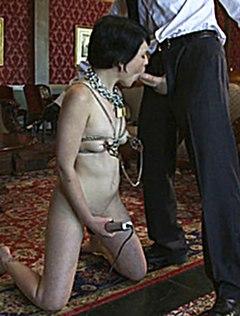 Девушка со страпоном во рту и цепями на теле кайфует