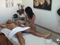 Мужик с сединой заказал на отдыхе массаж с отсосом