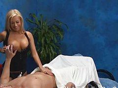 Массажистка дергает пенис мужика перед совокуплением