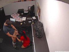 Привлекательные любовники активно совокупляются в офисе