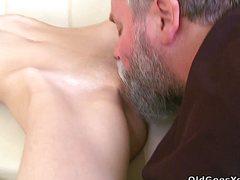 Мужик с бородой порет приятельницу сына