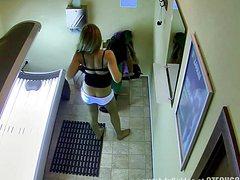 Установленная в солярии, скрытая камера сняла клевую девушку